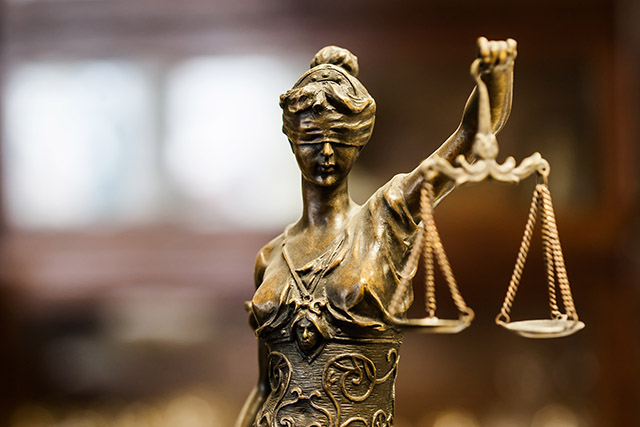 刑事事件裁判で弁護士費用が払えない場合、弁護士なしの裁判は可能か